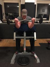 Bizeps Uebung Scott Bank SZ Stange enger Griff, Bizeps Training, Mukelaufbau, Hanteltraining Biceps