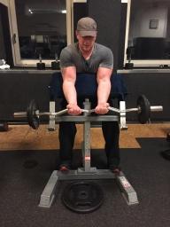 Bizeps Uebung Scott Bank SZ Stange enger Griff, Muskelaufbau, Biceps Hanteltraining